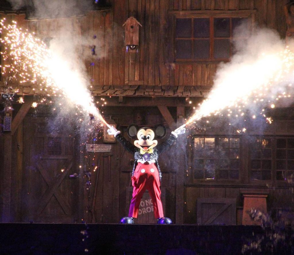 Firework Friday! Mickey for sure knows how to start the weekend. We can't wait for Fantasmic to come back!