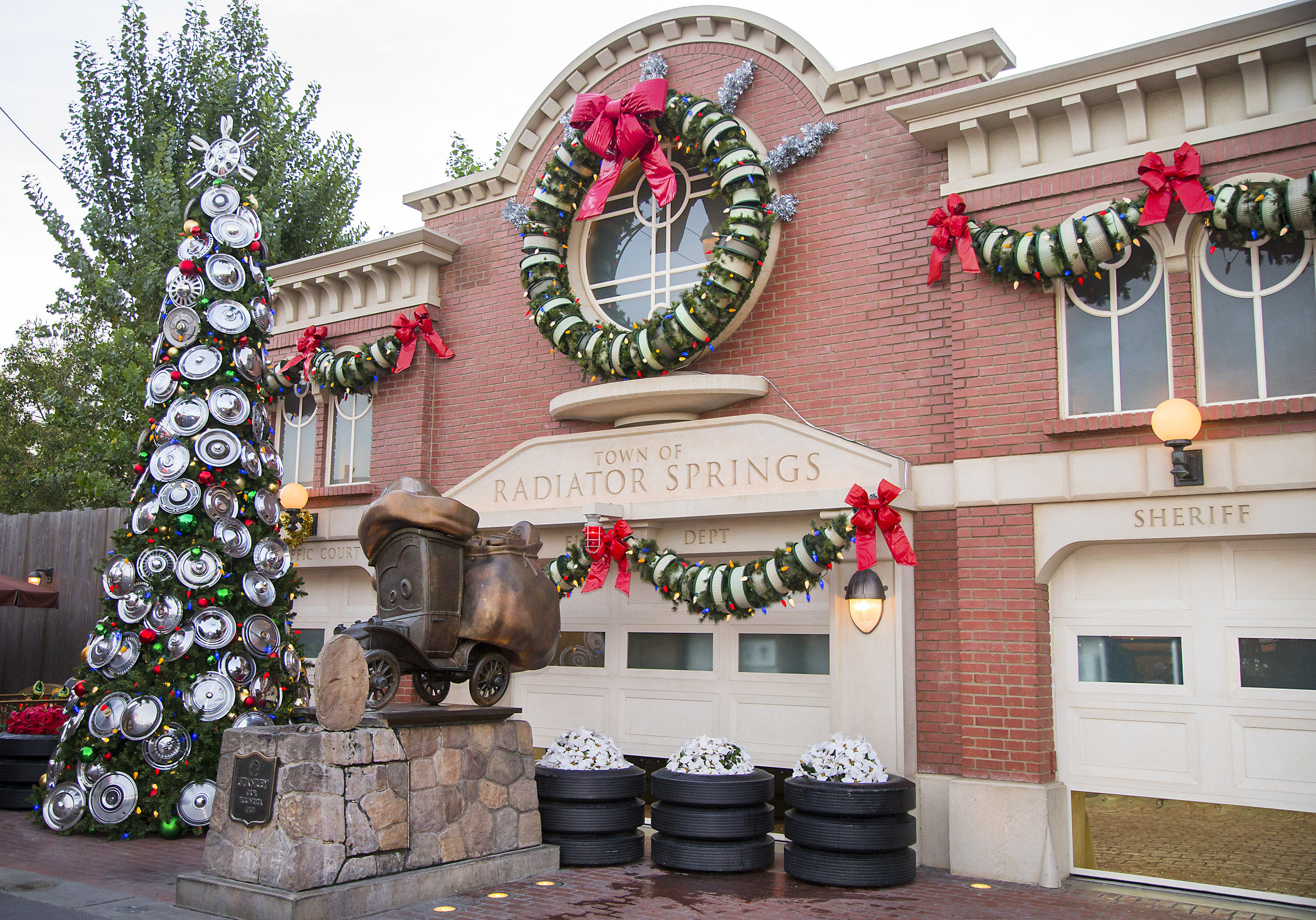 a dazzling - When Does Disneyland Decorate For Christmas 2017