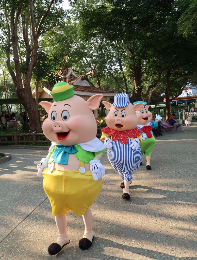 Hong Kong Disneyland - Chinese New Year 2019 - The Year of the Pig - Mickey Kitto - Three Little Pigs Walking
